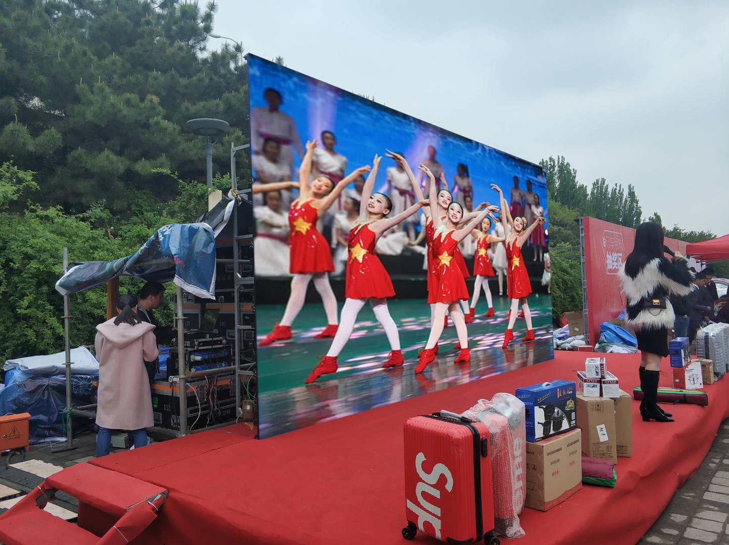 Shenzhen LED Fashion advertising wall P3.91 outdoor rental stage background led display screen